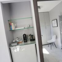 frigo, cafetière, salle de bain individuels, chambre d'hôtes